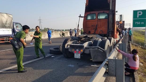 Xuống đường giúp xe đầu kéo bị chết máy, tài xế container bị xe ô tô khác đâm tử vong thương tâm - Ảnh 1.