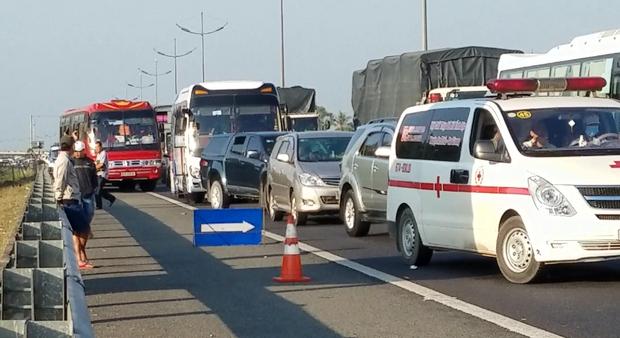 Xuống đường giúp xe đầu kéo bị chết máy, tài xế container bị xe ô tô khác đâm tử vong thương tâm - Ảnh 3.