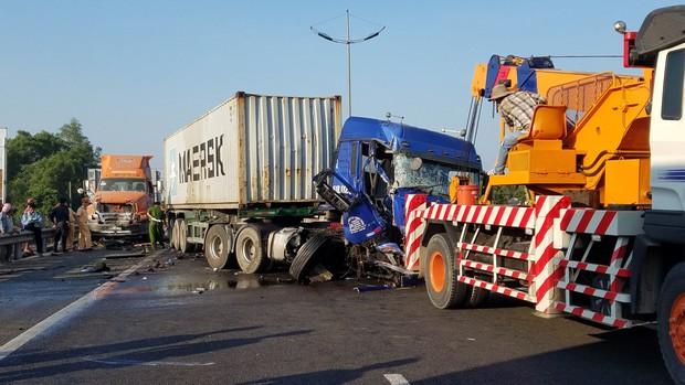 Xuống đường giúp xe đầu kéo bị chết máy, tài xế container bị xe ô tô khác đâm tử vong thương tâm - Ảnh 2.