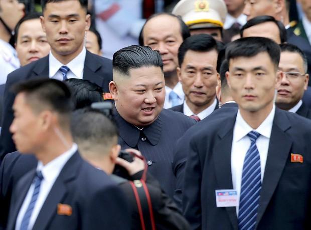 Hình ảnh ông Kim Jong Un lần đầu xuất hiện tại Việt Nam qua ống kính phóng viên quốc tế - Ảnh 1.