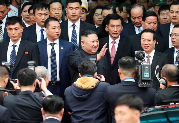 Hình ảnh ông Kim Jong Un lần đầu xuất hiện tại Việt Nam qua ống kính phóng viên quốc tế - Ảnh 2.