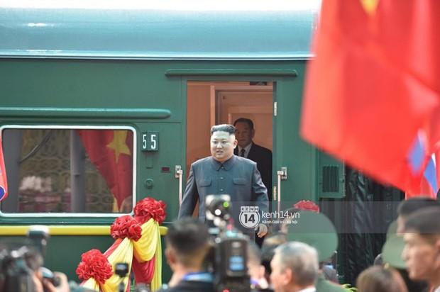 Nữ sinh mặc áo dài trắng tặng hoa cho chủ tịch Kim Jong-un đang gây sốt MXH là ai? - Ảnh 1.