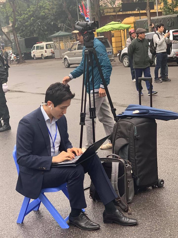 Xuất hiện nam phóng viên cực phẩm với góc nghiêng thần thánh tác nghiệp trong sự kiện thượng đỉnh Mỹ - Triều ở Hà Nội - Ảnh 1.