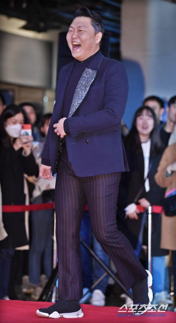 Bi Rain mời PSY cùng dàn sao khủng đến dự, Kang Sora và bạn gái cũ Kim Bum đọ chân dài cực phẩm tại sự kiện - Ảnh 11.