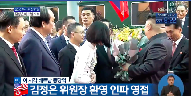 Nữ sinh mặc áo dài trắng tặng hoa cho chủ tịch Kim Jong-un đang gây sốt MXH là ai? - Ảnh 2.