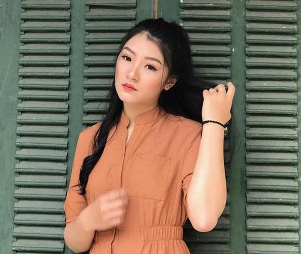 Nữ sinh mặc áo dài trắng tặng hoa cho chủ tịch Kim Jong-un đang gây sốt MXH là ai? - Ảnh 4.