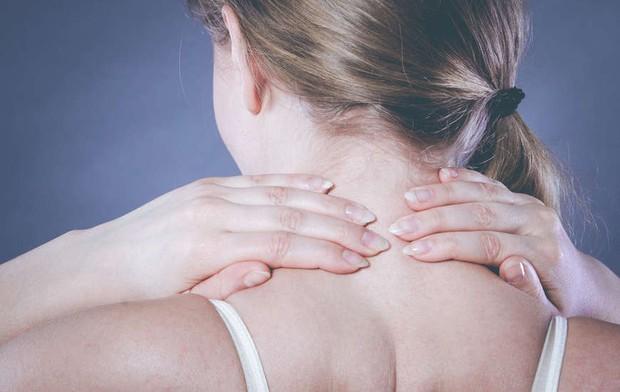 Có 5 vùng cơ thể rất dễ bị bỏ qua khi tắm khiến vi khuẩn sinh sôi khắp người bạn - Ảnh 3.