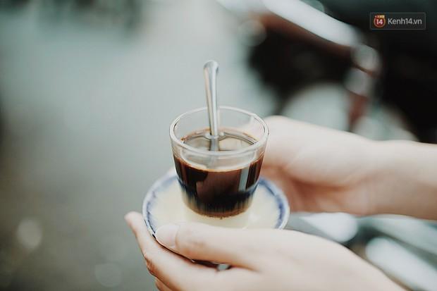 Quán cà phê bạc màu hơn nửa thế kỷ giữa lòng Sài Gòn: Đi đâu rồi cũng về ngồi đây, nhìn thành phố đổi thay nhiều lắm! - Ảnh 1.