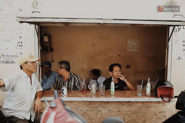 Quán cà phê bạc màu hơn nửa thế kỷ giữa lòng Sài Gòn: Đi đâu rồi cũng về ngồi đây, nhìn thành phố đổi thay nhiều lắm! - Ảnh 2.