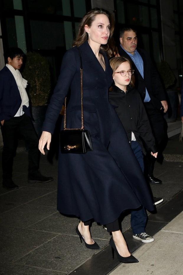 Khung cảnh hiếm hoi: Angelina Jolie đưa cả 6 đứa con đi dự sự kiện và dàn nhóc tỳ xưa kia giờ đã lớn lắm rồi! - Ảnh 9.