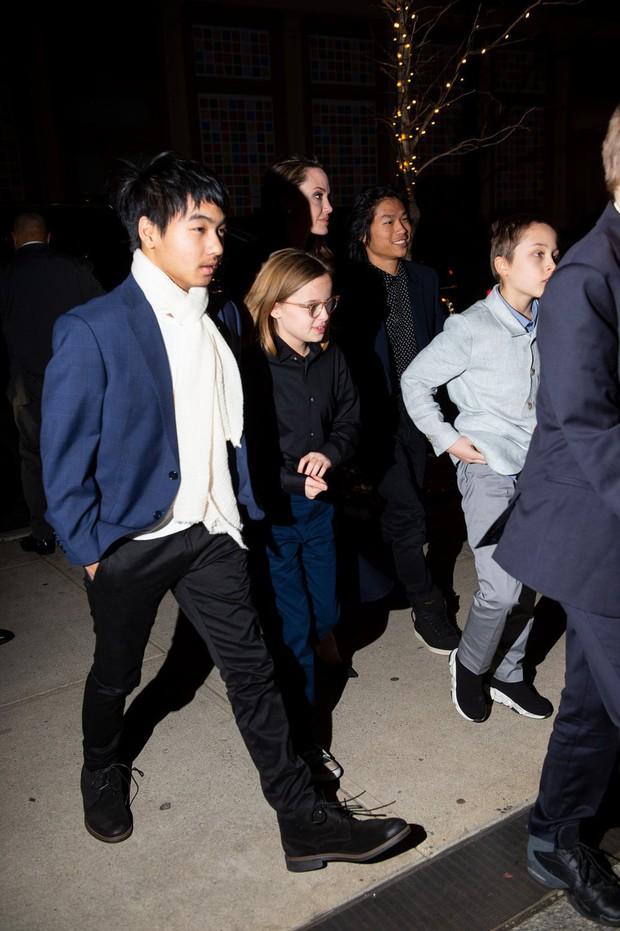 Khung cảnh hiếm hoi: Angelina Jolie đưa cả 6 đứa con đi dự sự kiện và dàn nhóc tỳ xưa kia giờ đã lớn lắm rồi! - Ảnh 6.
