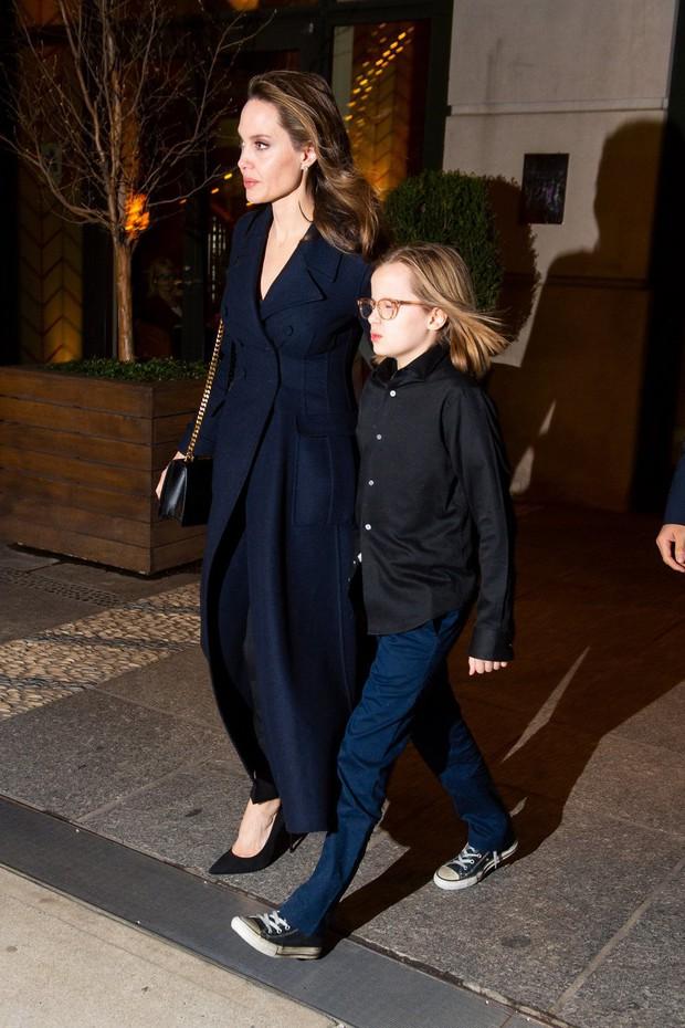 Khung cảnh hiếm hoi: Angelina Jolie đưa cả 6 đứa con đi dự sự kiện và dàn nhóc tỳ xưa kia giờ đã lớn lắm rồi! - Ảnh 11.