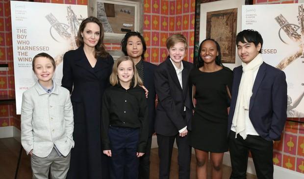 Khung cảnh hiếm hoi: Angelina Jolie đưa cả 6 đứa con đi dự sự kiện và dàn nhóc tỳ xưa kia giờ đã lớn lắm rồi! - Ảnh 2.