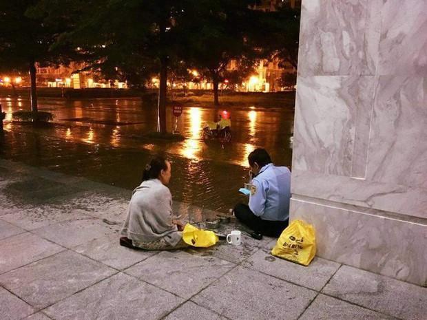 Giản dị một tình yêu dưới chân Sài Gòn ngày giông bão: Chồng làm bảo vệ được vợ đội mưa mang đến cho bữa cơm ấm lòng - Ảnh 1.