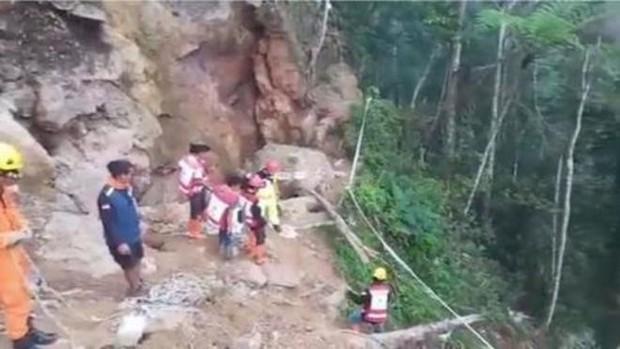 Sập hầm mỏ tại Indonesia, hàng chục người bị chôn vùi - Ảnh 1.