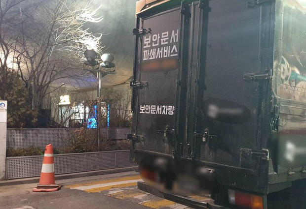 Lúc Seungri trình diện cảnh sát, YG bị bắt gặp bí mật tiêu hủy 2 xe tải giấy tờ vào rạng sáng sớm - Ảnh 3.