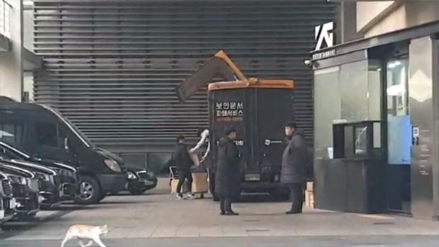 Lúc Seungri trình diện cảnh sát, YG bị bắt gặp bí mật tiêu hủy 2 xe tải giấy tờ vào rạng sáng sớm - Ảnh 2.