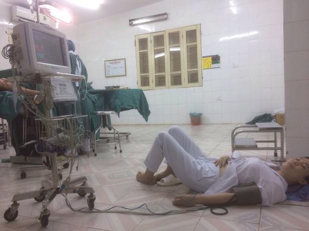 Hình ảnh nữ bác sĩ sản khoa bị ngất nằm truyền nước trên sàn nhà ngay sau ca mổ và câu chuyện cảm động phía sau - Ảnh 1.