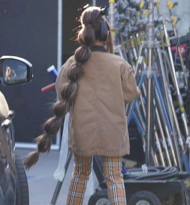 Ariana Grande tung tăng dạo phố với bộ tóc được tạo hình lấy cảm hứng từ đòn bánh tét  - Ảnh 2.
