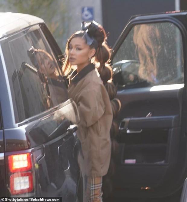 Ariana Grande tung tăng dạo phố với bộ tóc được tạo hình lấy cảm hứng từ đòn bánh tét  - Ảnh 5.