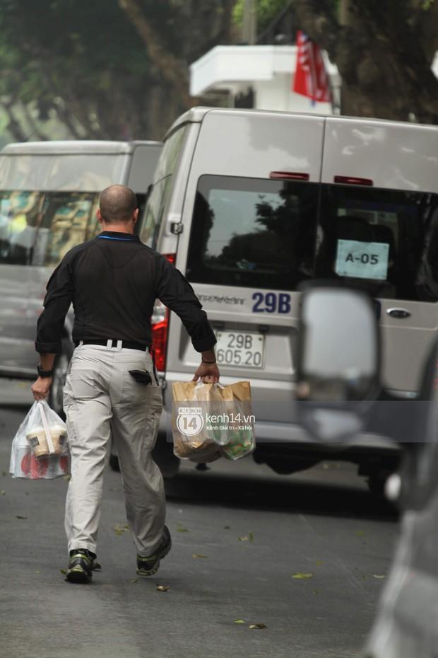 Mật vụ Mỹ tay xách nách mang đồ ăn nhanh, nước ngọt và cà phê... để các đồng nghiệp tranh thủ ăn trưa - Ảnh 1.
