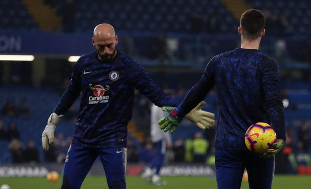 HLV Chelsea vừa đấm, vừa xoa thủ môn Kepa - Ảnh 1.