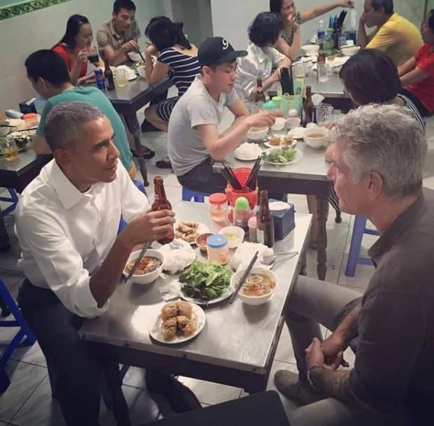 Hình ảnh bình dị của các nguyên thủ quốc gia trong chuyến công du đến Việt Nam: Chơi đàn bầu, ăn bún chả, uống cà phê vỉa hè - Ảnh 7.