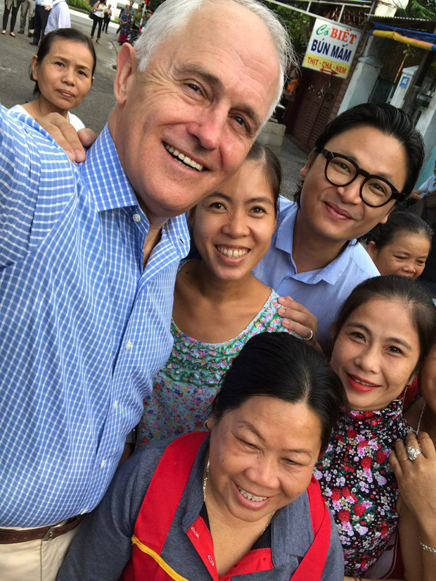 Hình ảnh bình dị của các nguyên thủ quốc gia trong chuyến công du đến Việt Nam: Chơi đàn bầu, ăn bún chả, uống cà phê vỉa hè - Ảnh 4.