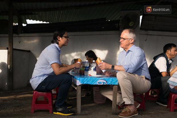 Hình ảnh bình dị của các nguyên thủ quốc gia trong chuyến công du đến Việt Nam: Chơi đàn bầu, ăn bún chả, uống cà phê vỉa hè - Ảnh 3.