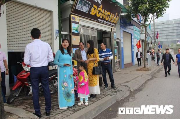 Cấm đường bảo vệ Hội nghị Mỹ - Triều, xe rước dâu chôn chân ngoài đại lộ, cô dâu chú rể xách váy chạy bộ - Ảnh 1.