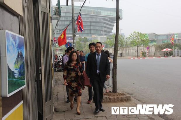 Cấm đường bảo vệ Hội nghị Mỹ - Triều, xe rước dâu chôn chân ngoài đại lộ, cô dâu chú rể xách váy chạy bộ - Ảnh 3.
