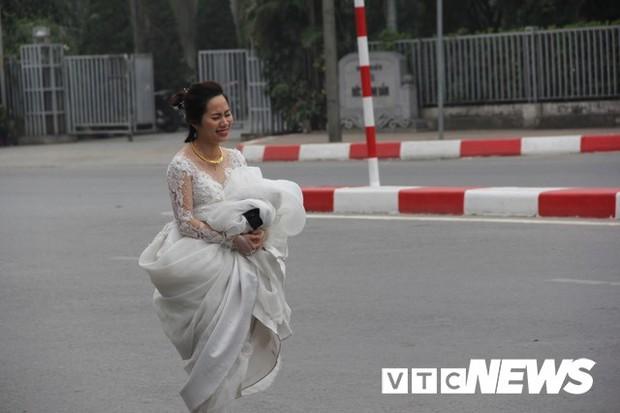 Cấm đường bảo vệ Hội nghị Mỹ - Triều, xe rước dâu chôn chân ngoài đại lộ, cô dâu chú rể xách váy chạy bộ - Ảnh 5.