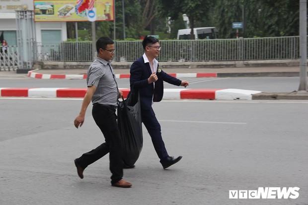 Cấm đường bảo vệ Hội nghị Mỹ - Triều, xe rước dâu chôn chân ngoài đại lộ, cô dâu chú rể xách váy chạy bộ - Ảnh 6.