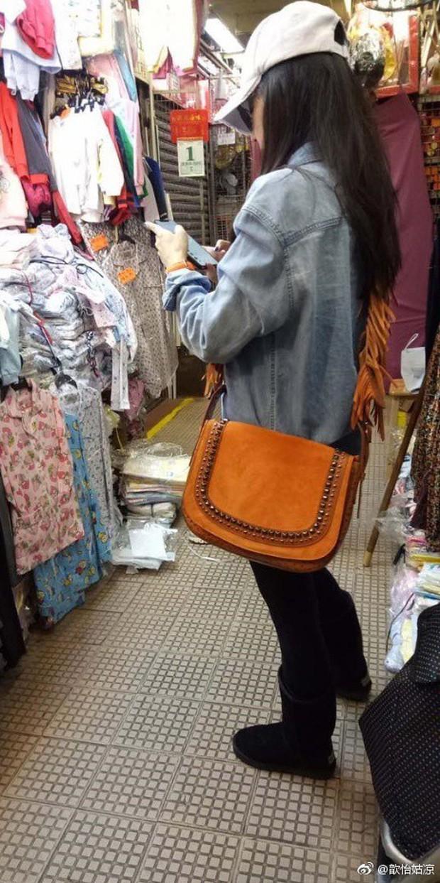 Đi chợ cóc shopping sắm Tết, Trương Bá Chi đang kiệt quệ tài chính sau khi sinh con cho người tình đại gia? - Ảnh 1.