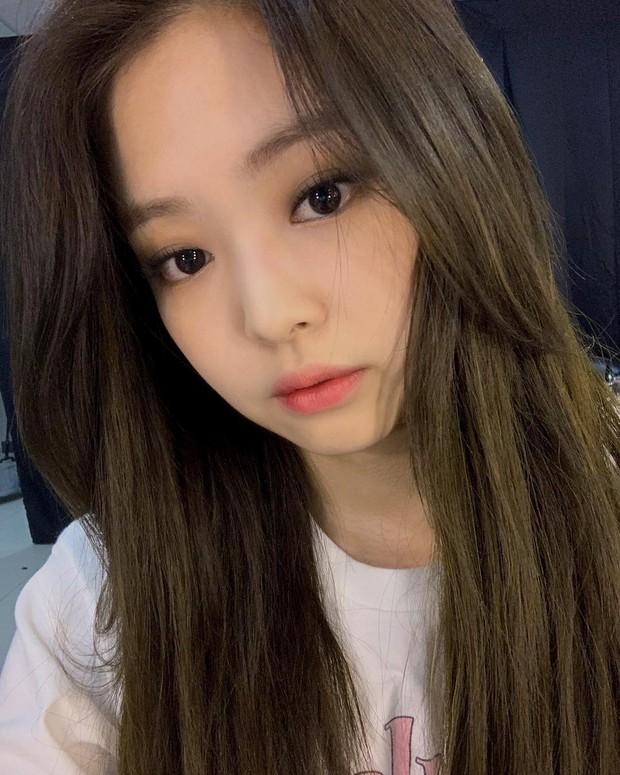 Em cũng chỉ là con gái thôi: Jennie selfie cả 7749 tấm hình nhưng chỉ chọn đúng 3 bức đẹp nhất để đăng sống ảo - Ảnh 3.