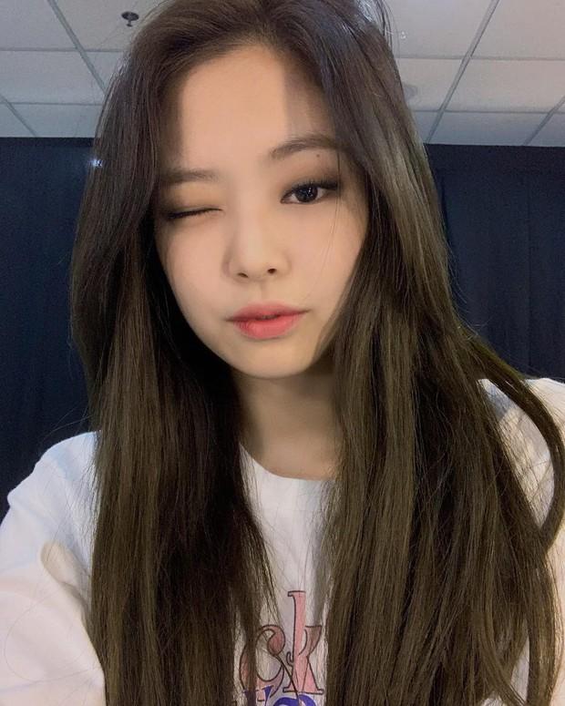 Em cũng chỉ là con gái thôi: Jennie selfie cả 7749 tấm hình nhưng chỉ chọn đúng 3 bức đẹp nhất để đăng sống ảo - Ảnh 2.