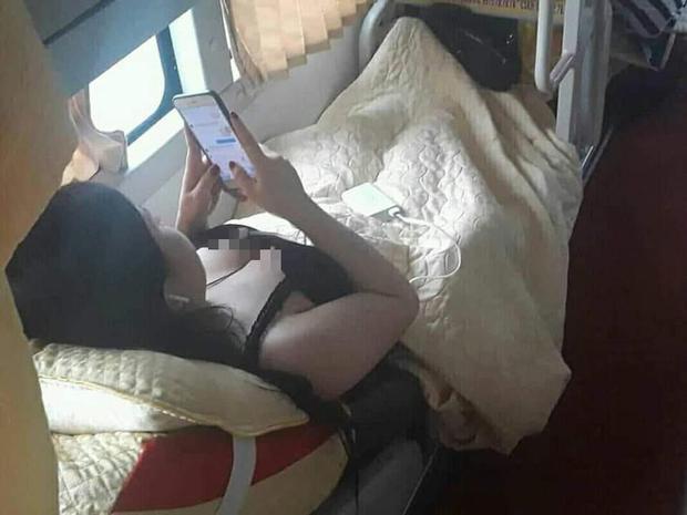 Chen chúc trên xe khách ngày Tết nhưng không ít các thiếu nữ ăn mặc hớ hênh khiến nhiều người phải đỏ mặt - Ảnh 2.
