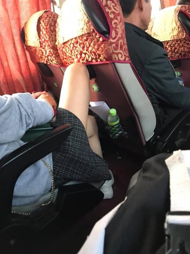 Chen chúc trên xe khách ngày Tết nhưng không ít các thiếu nữ ăn mặc hớ hênh khiến nhiều người phải đỏ mặt - Ảnh 4.