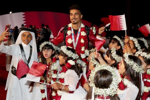 Qatar sáng rực trong đêm, sôi động chưa từng có trong ngày đón những người hùng trở về từ Asian Cup - Ảnh 5.