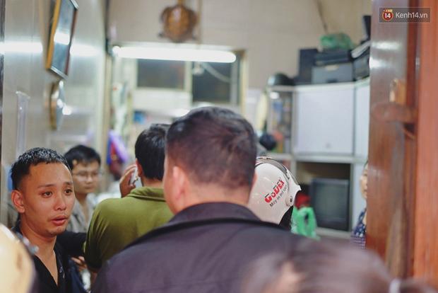 Người Hà Nội xếp hàng cả tiếng chờ mua bánh chưng, giò chả tại cửa hàng có tiếng chiều 29 Tết - Ảnh 11.