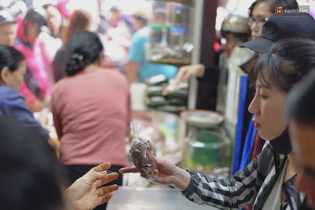 Người Hà Nội xếp hàng cả tiếng chờ mua bánh chưng, giò chả tại cửa hàng có tiếng chiều 29 Tết - Ảnh 12.