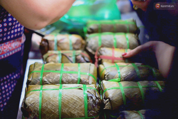 Người Hà Nội xếp hàng cả tiếng chờ mua bánh chưng, giò chả tại cửa hàng có tiếng chiều 29 Tết - Ảnh 13.