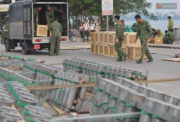 Hà Nội: Trận địa pháo hoa tại Hồ Tây đang tất bật chuẩn bị để chờ đón phút giây giao thừa - Ảnh 2.