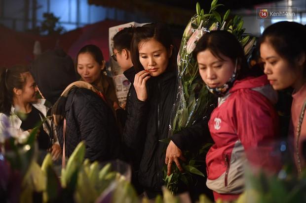 Người dân chen chúc đi mua hoa tại chợ Quảng An, giao thông qua chợ ùn tắc kéo dài - Ảnh 10.