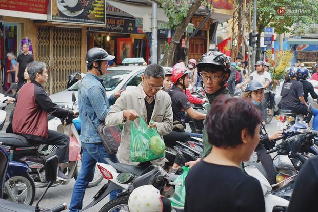 Người Hà Nội xếp hàng cả tiếng chờ mua bánh chưng, giò chả tại cửa hàng có tiếng chiều 29 Tết - Ảnh 15.