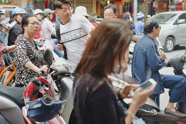 Người Hà Nội xếp hàng cả tiếng chờ mua bánh chưng, giò chả tại cửa hàng có tiếng chiều 29 Tết - Ảnh 16.
