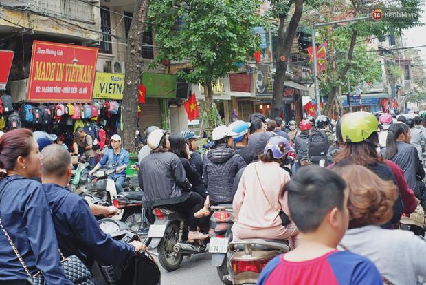 Người Hà Nội xếp hàng cả tiếng chờ mua bánh chưng, giò chả tại cửa hàng có tiếng chiều 29 Tết - Ảnh 17.