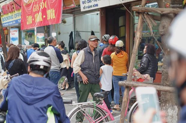 Người Hà Nội xếp hàng cả tiếng chờ mua bánh chưng, giò chả tại cửa hàng có tiếng chiều 29 Tết - Ảnh 1.