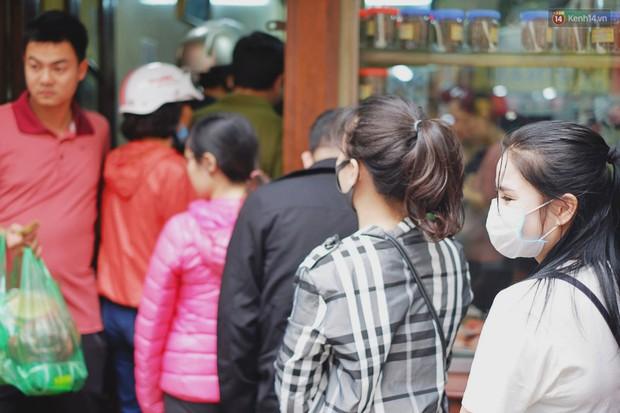 Người Hà Nội xếp hàng cả tiếng chờ mua bánh chưng, giò chả tại cửa hàng có tiếng chiều 29 Tết - Ảnh 3.