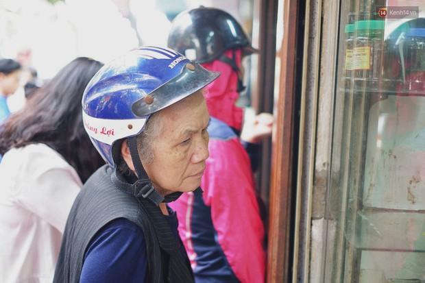 Người Hà Nội xếp hàng cả tiếng chờ mua bánh chưng, giò chả tại cửa hàng có tiếng chiều 29 Tết - Ảnh 5.